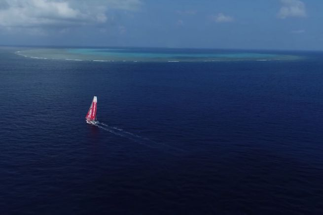 Dongfeng Race Team longe l'Atoll de la Surprise
